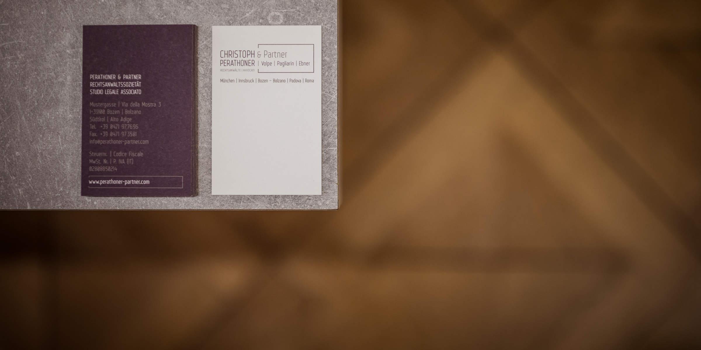 Visitenkarten der Kanzlei Perathoner und Partner Rechtsanwälte