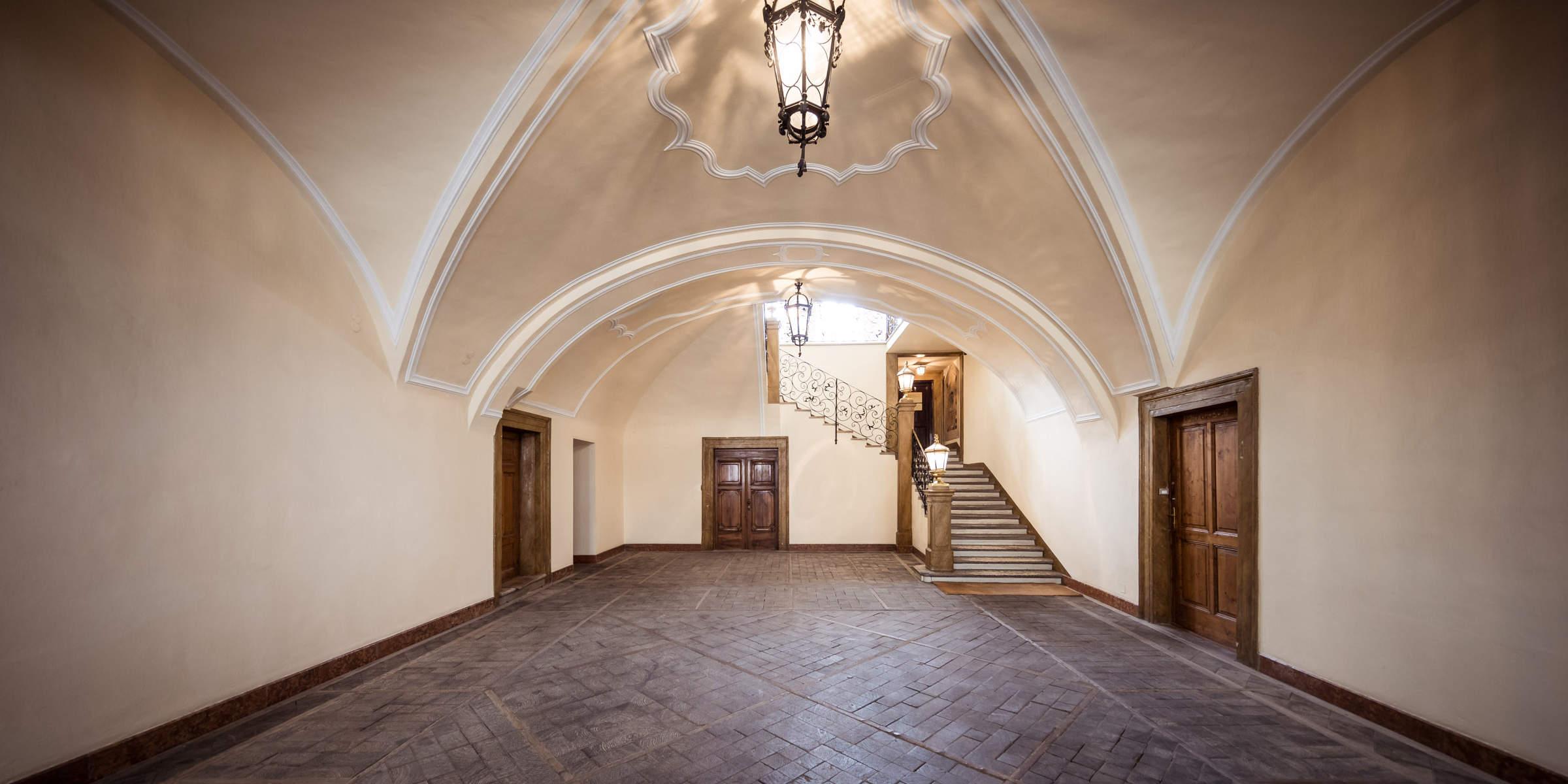 historische Eingangshalle der Kanzlei in Bozen - ehemalige Kutschenhalle