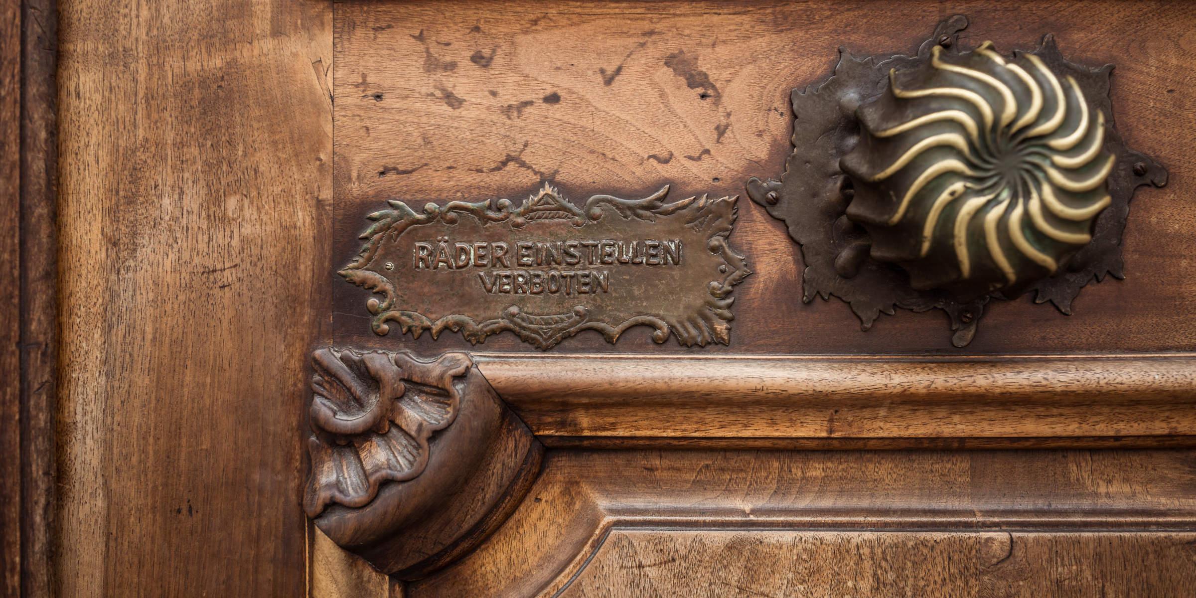 antiker Türbeschlag am Hauseingang der Rechtsanwaltskanzlei