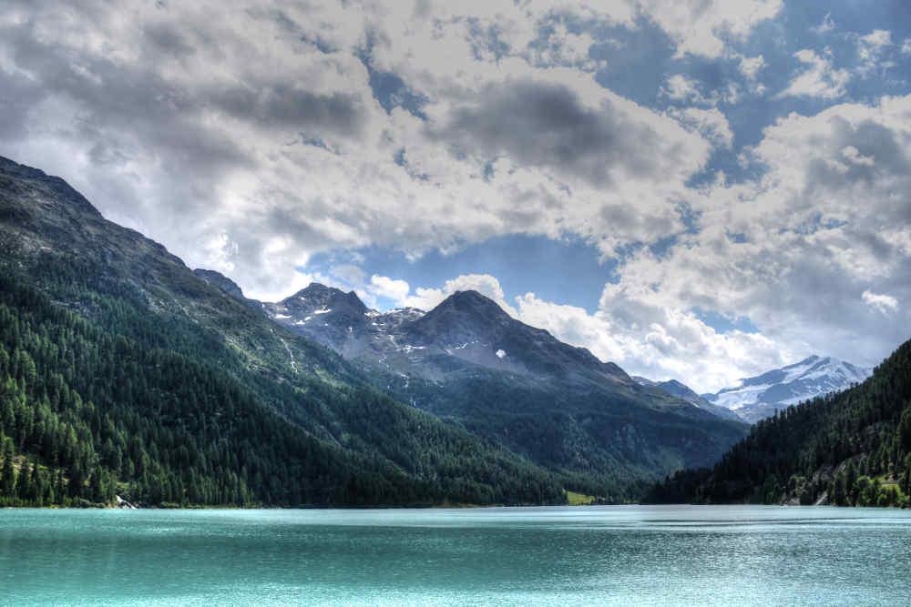 Südtiroler Bergsee - bildlich für Steuerstreitverfahren der Südtiroler Gemeinden und den Wasserkraftwerken der Alperia-Gruppe