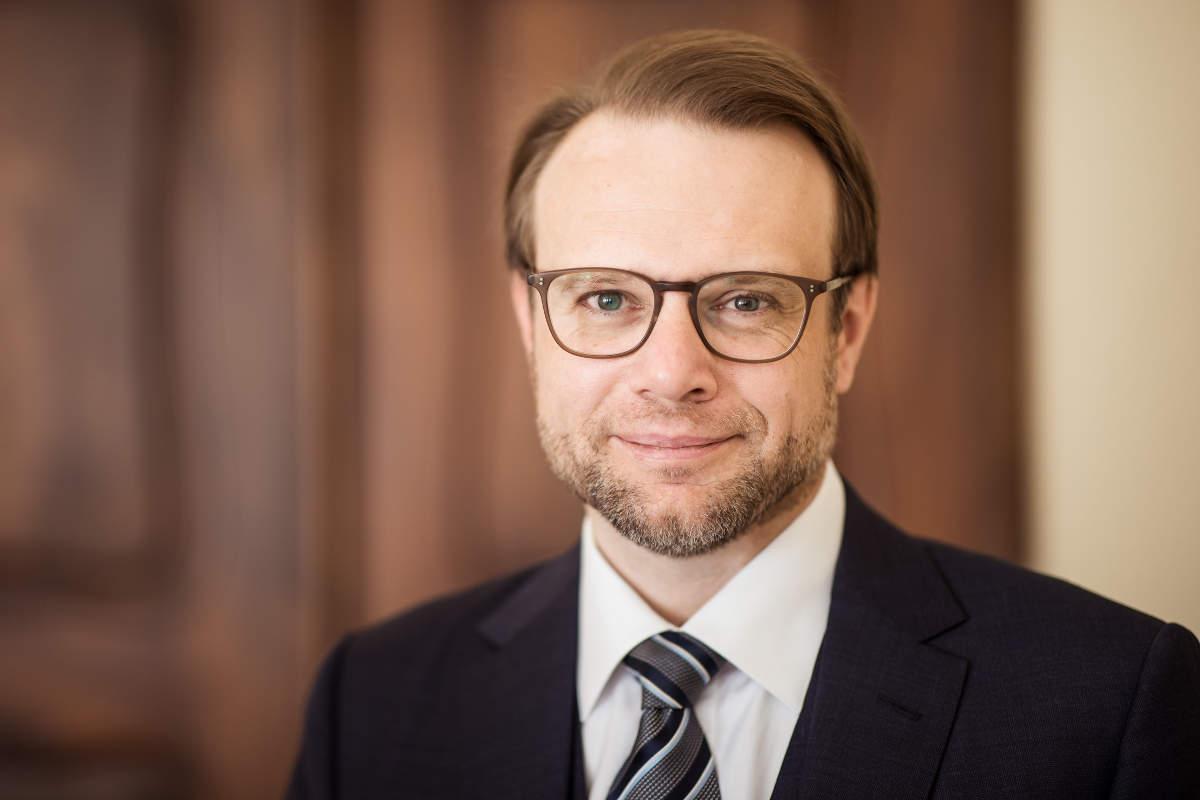 Portrait von Rechtsanwalt Christoph Perathoner in der Kanzlei
