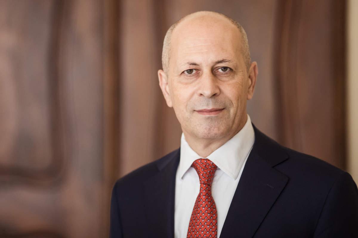 Portrait von Rechtsanwalt Francesco Volpe in der Kanzlei