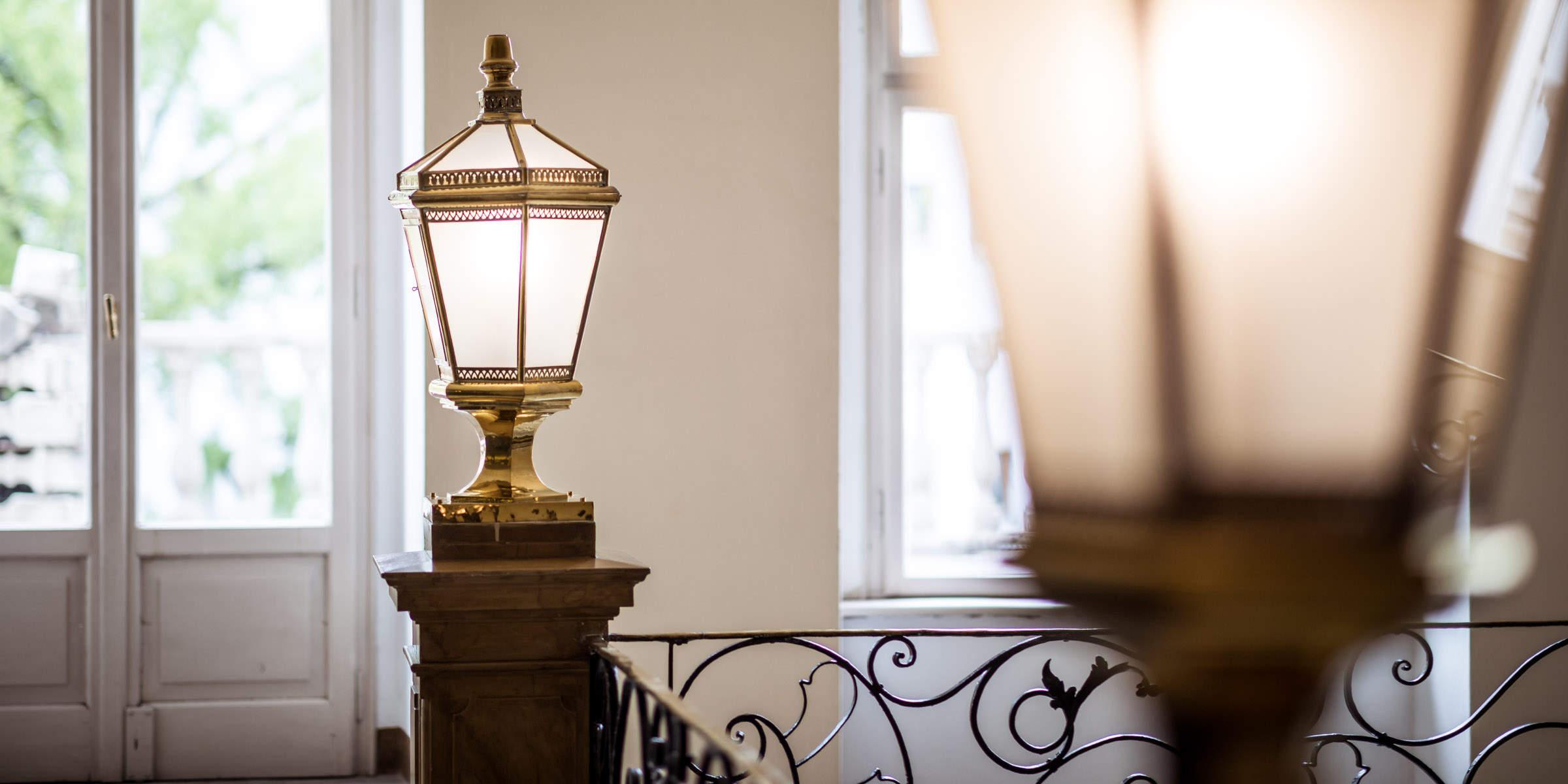 Eingangsbereich der Rechtsanwaltskanzlei - Detailaufnahme Treppengeländer und goldene Leuchten