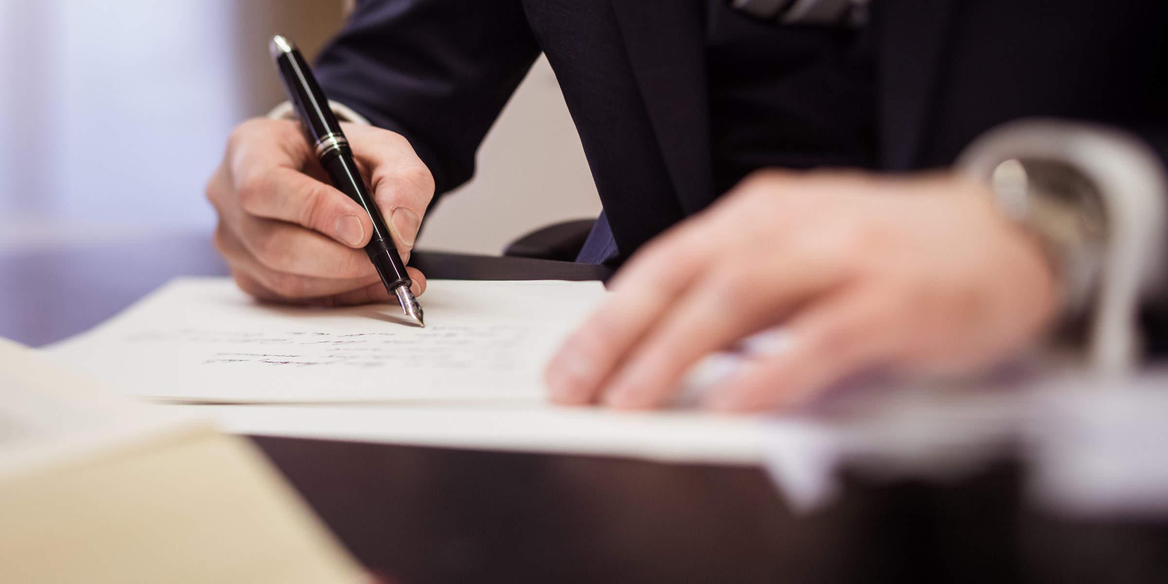 Rechtsanwalt Perathoner verfasst ein Testament an seinen Schreibtisch
